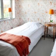ljust sovrum med två enkelsängar