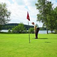 En person spelar golf