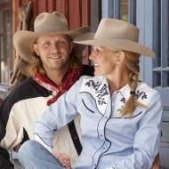 Man och kvinna i cowboy-kläder